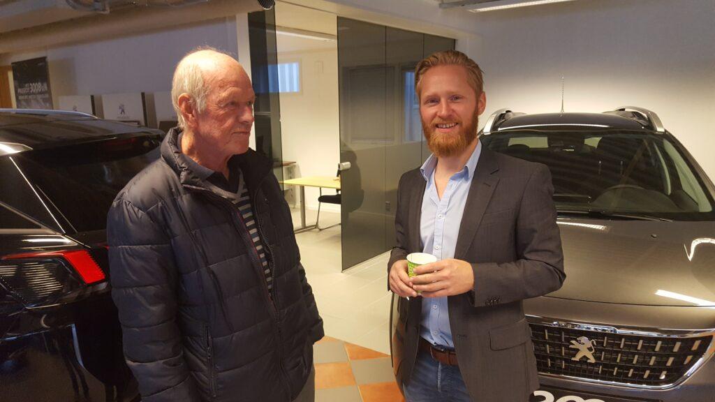 Arvid Hansen beundret både biler og lokaler. Her i samtale med Lars Erik Fremming.
