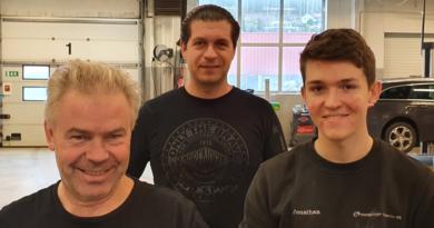Nyansettelsene Fredrik Järsberg og Jonathan Moberg gjør at servicesjef Mirzet Mahmuljin nå får bedre muligheter til å hjelpe kunder med akutte behov.