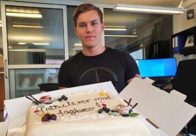 Theodor Eriksen med kake etter bestått fagprøve og fast jobb hos Kongsvinger Bilsenter AS