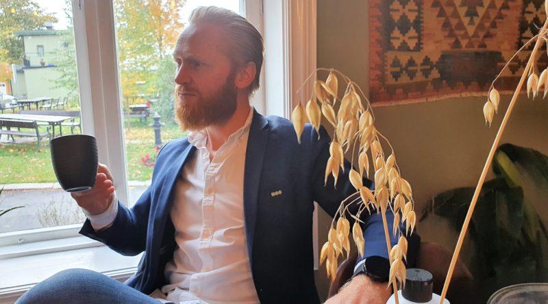 Lars Erik Fremming drikker kaffe