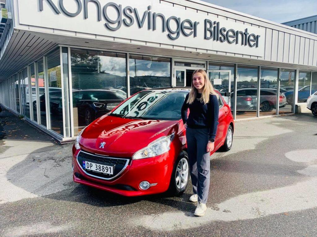 Aurora Hellerud Fjeld er fornøyd med ny bil